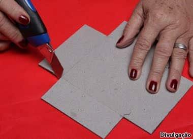 Aprendendo como fazer caixa de papelão colorida(Foto:Divulgação)