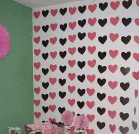 Faça esta cortina de corações em papel para deixar o dia dos namorados ainda mais especial (Foto: Divulgação)