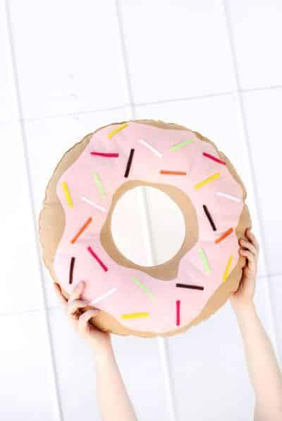 Faça esta almofada formato de donut e deixe a sua casa muito mais divertida e animada (Foto: Divulgação)