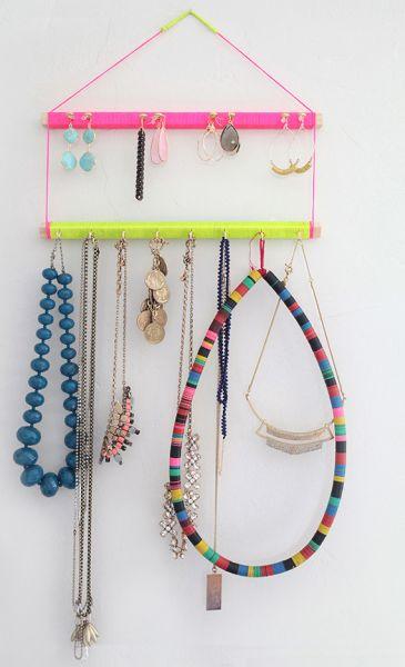 Este organizador de bijuterias em madeira também seve como objeto de decoração (Foto: stylebyemilyhenderson.com)