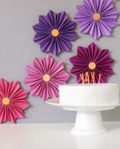 Flores de papel sanfonadas decoram de forma primorosa (Foto: lisastorms.typepad.com)