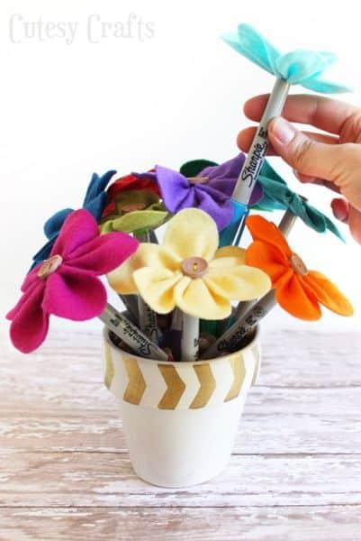 Canetas decoradas com flores de feltro podem até servirem como objetos de decoração (Foto: cutesycrafts.com)