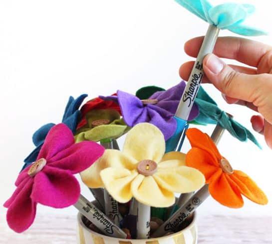 Read more about the article Canetas Decoradas com Flores de Feltro Passo a Passo
