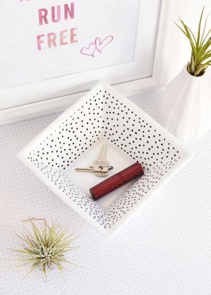 Porta-treco de louça decorado pode ter o estilo que você quiser (Foto: makeandtell.com)