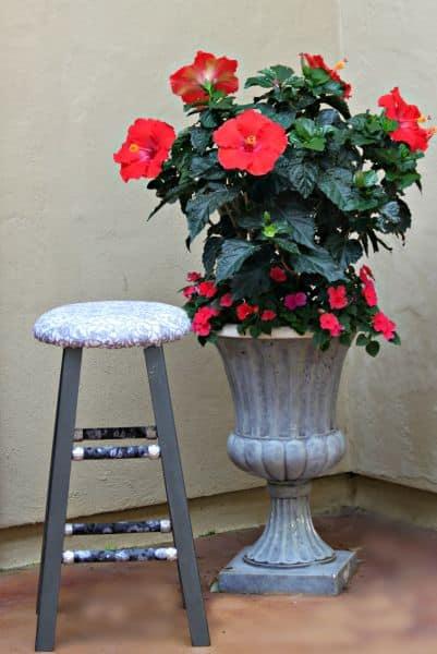 Customizar um banquinho de madeira é fácil e repagina os seus espaços (Foto: morenascorner.com)