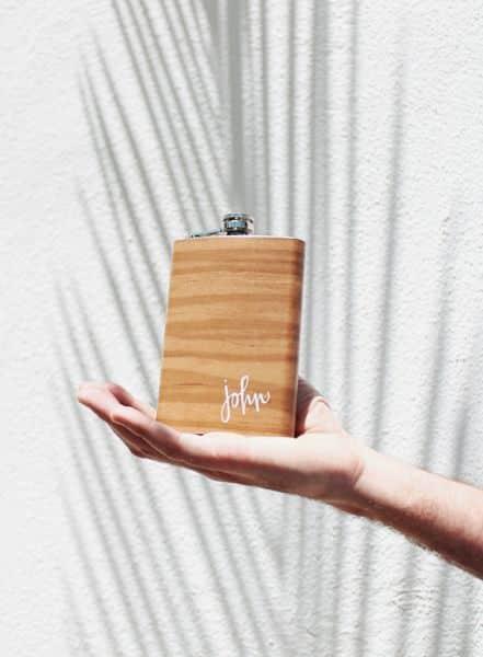Decorar garrafa de bolso garante um ótimo presente (Foto: almostmakesperfect.com)