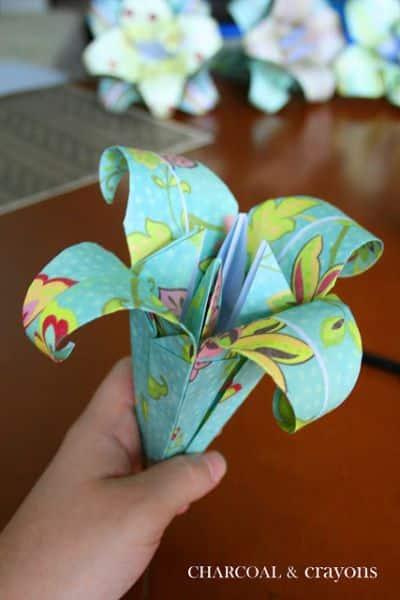 Lírios de origami podem ter o estilo que você quiser (Foto: charcoalandcrayons.blogspot.com.br)