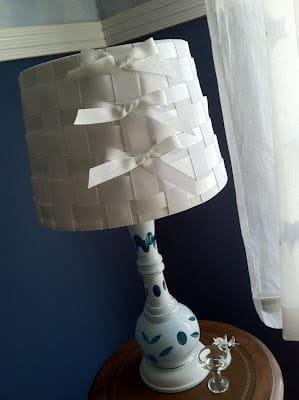Forrar cúpula de abajur com fitas é muito fácil (Foto: thecrafttutor.com)