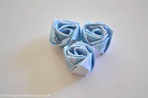 Botão de flor com papel decora de forma primorosa qualquer peça (Foto: thethingsshemakes.blogspot.co.uk)