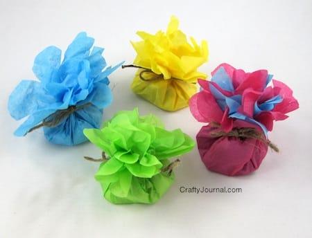 Esta lembrancinha com flor de papel pode ter o que você quiser dentro (Foto: craftyjournal.com)