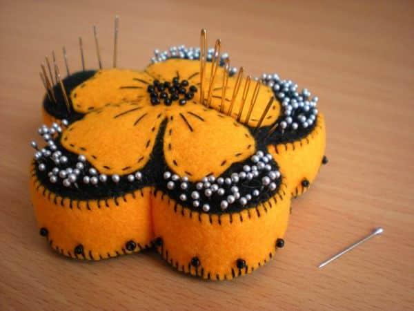 Porta-agulhas de costura é lindo e pode ter as cores de sua preferência (Foto: liveinternet.ru)
