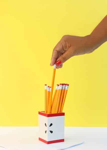 Decorar um porta-lápis de acrílico é muito fácil (Foto: damasklove.com)