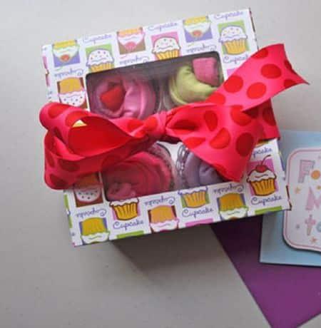 Embrulhar presente para bebê de forma original é muito fácil (Foto: club.chicacircle.com)
