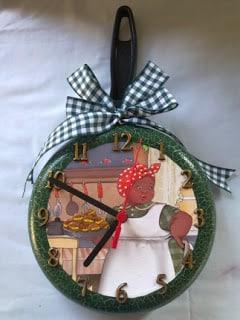 Este relógio de frigideira decora a sua cozinha de forma bem especial (Foto: criacaoemarte.blogspot.com.br)