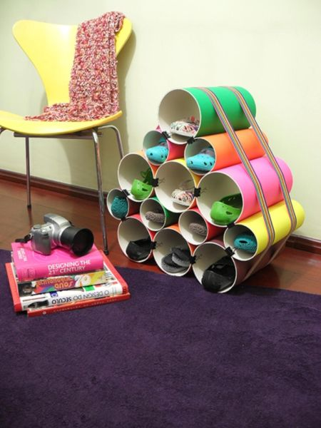 Esta sapateira de cano de PVC pode também ter cor única de sua preferência (Foto: muyingenioso.com)