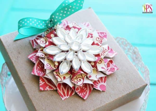 Este enfeite de Natal com papel é diferente e lindo, mas fácil de ser feito (Foto: iheartnaptime.net)