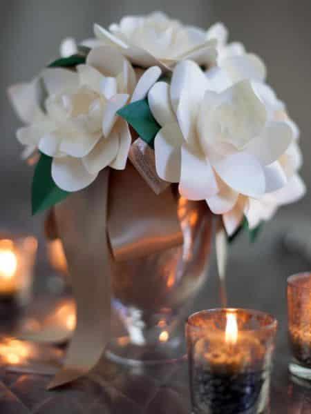 Estas flores de papel para centro de mesa podem também decorar outros locais (Foto: diynetwork.com)