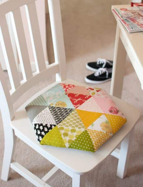 Esta sustentável ideia para fazer uma almofada com retalhos de tecidos é linda (Foto: retro-mama.blogspot.com.br)