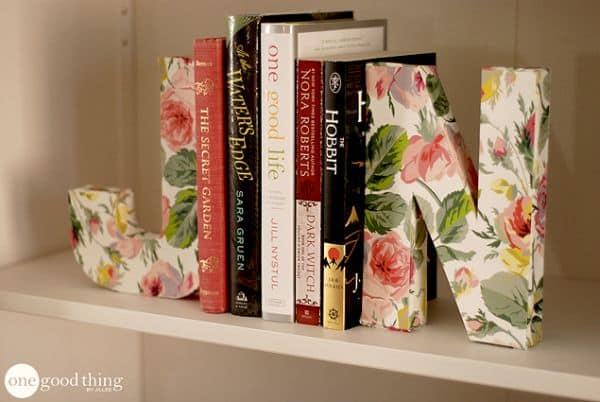 Aparador de livros com letras decoradas é funcional e ainda decora (Foto: onegoodthingbyjillee.com)