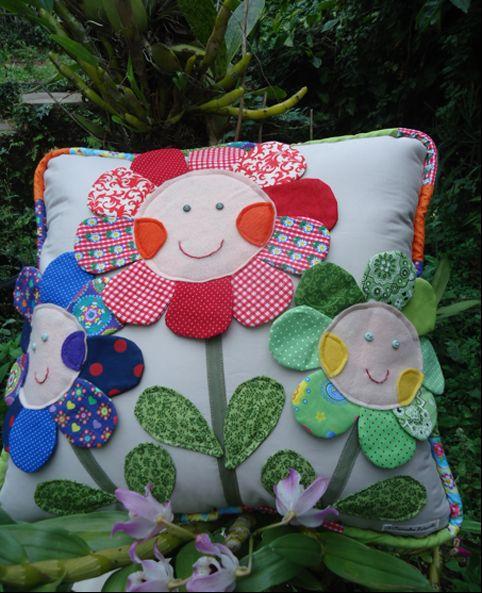 Almofada com flores de tecido pode ter vários modelos de sua preferência (Foto: singer.com.br)