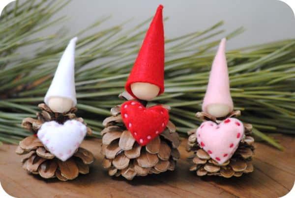 Este fofo enfeite romântico com pinha pode ter as cores que você deseja (Foto: gardenmama.typepad.com)