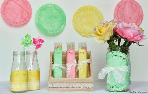 Com esta ideia simples para decorar festa com guardanapo de papel rendado todos vão elogiar o seu capricho (Foto: prettymyparty.com)