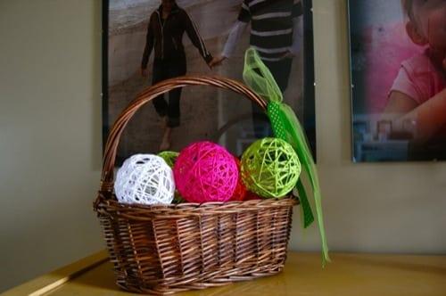 Bolas decorativas de lã são lindas e baratas (Foto: makeandtakes.com)