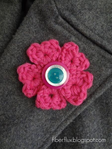 Este broche de flor de crochê é lindo e pode ter a sua personalidade empregada nele (Foto: fiberfluxblog.com)