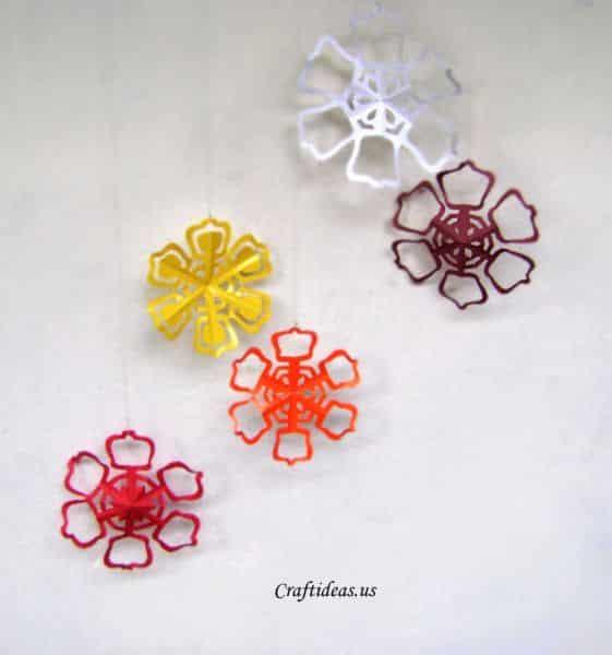 Estas flores cortadas no papel podem ter a cor e o estilo que você desejar (Foto: craftideas.us)