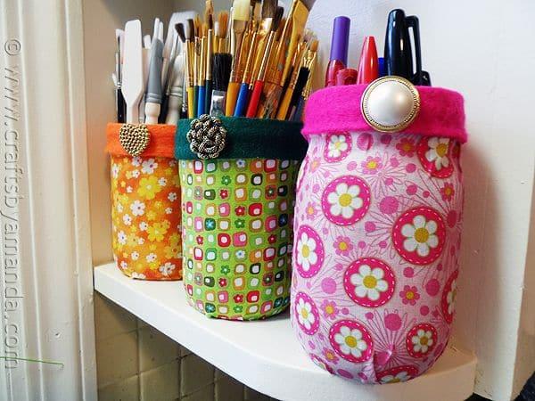 Encapar potes de vidro com tecido é muito fácil e você pode aplicar o seu toque pessoal (Foto: craftsbyamanda.com)