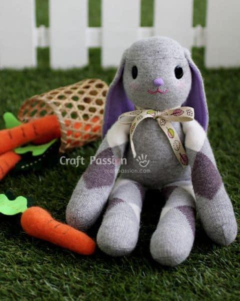 Coelhinho de meia é barato, mas lindo (Foto: craftpassion.com)