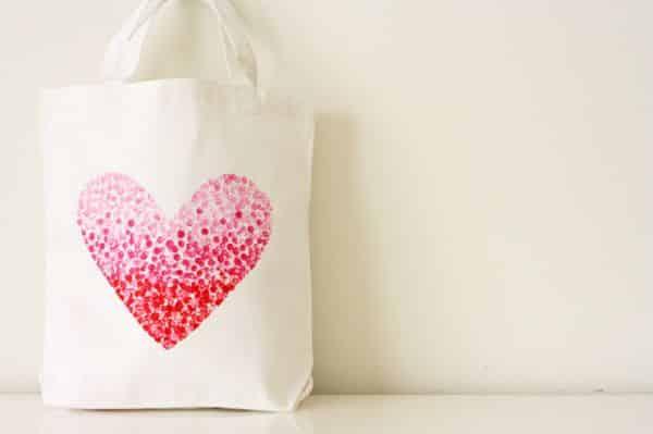 Personalizar uma sacola de tecido vai deixar os seus looks mais charmosos (Foto: vanessachristenson.com)