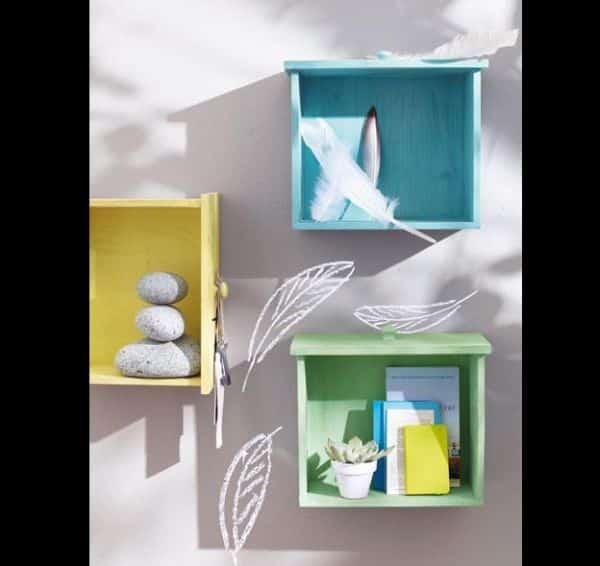 prateleiras de gavetas coloridas