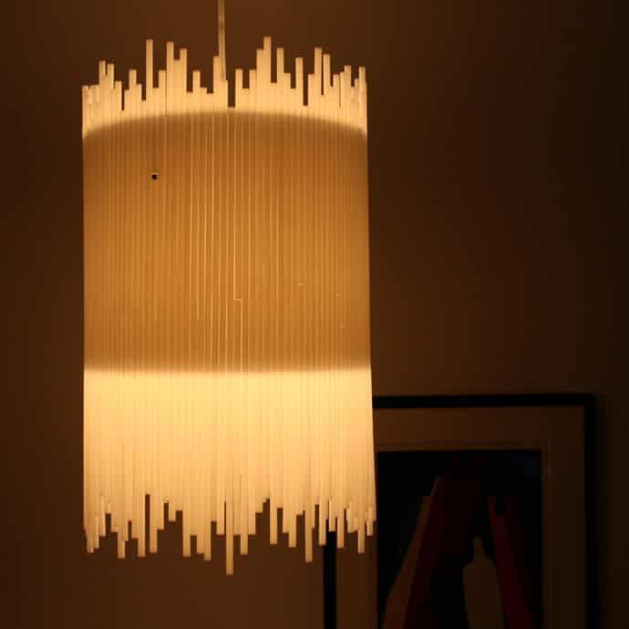 luminária decorada com canudos
