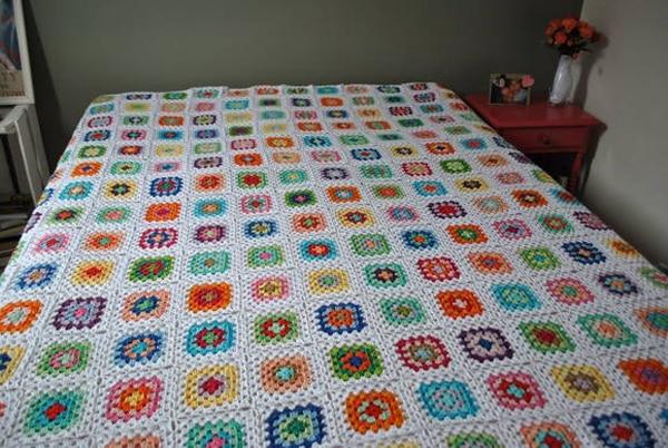 colcha colorida de croche com flores
