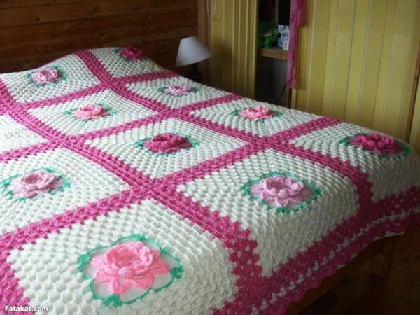 colcha colorida de croche com rosas