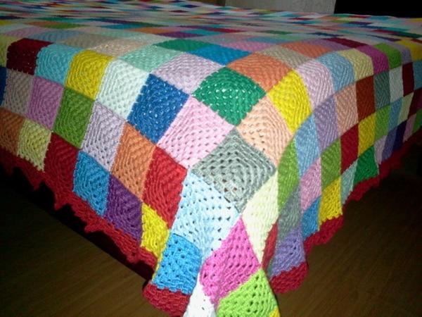 colcha colorida de croche com quadros
