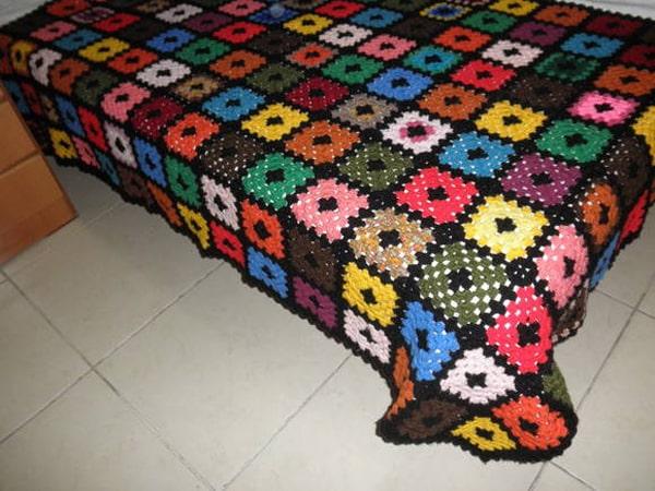colcha colorida de croche comum
