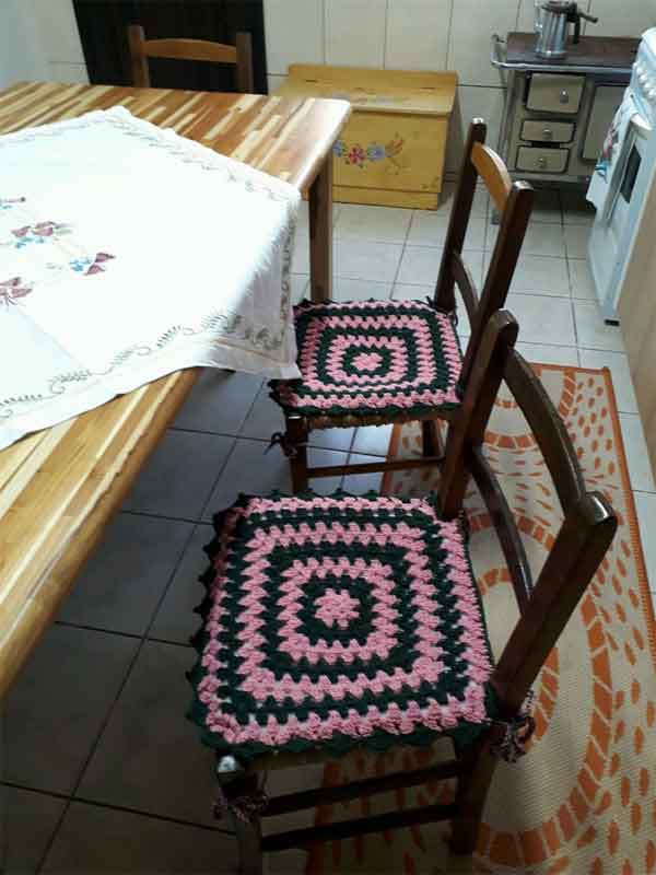 Assento de cadeira de crochê rosa mesclado