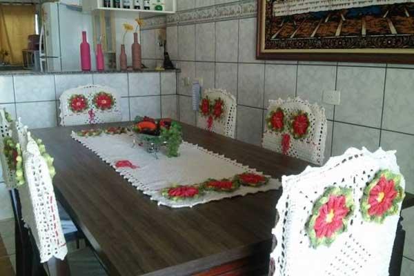Capa de Crochê para cadeira branca com flores vermelhas