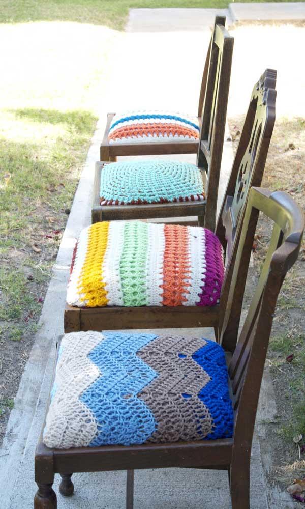 Capa de assento em crochê para cadeira de madeira no jardim