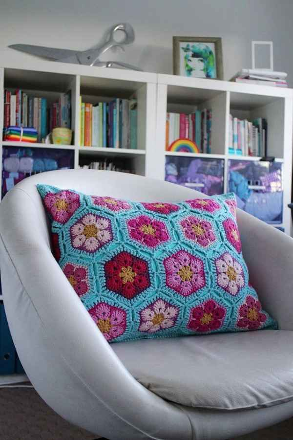 almofada com flor de croche
