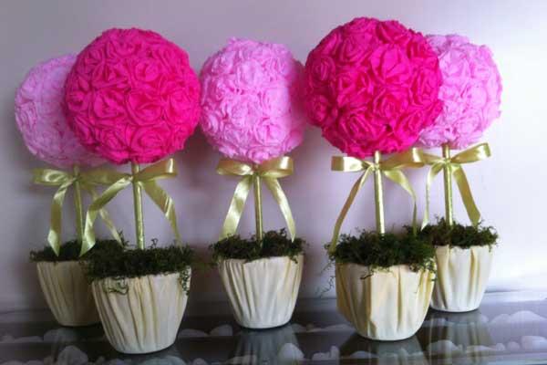 Vasinho de flor feito com papel crepom cor de rosa para decorar chá de bebê
