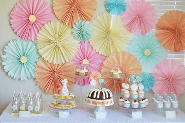 Painel de chá de bebê cheio de flores coloridas feitas de papel