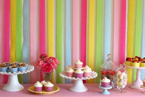 Painel para chá de bebê feito com papel crepom colorido