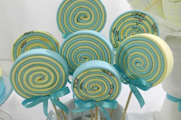 Pirulitos de EVA feitos para decoração de chá de bebê