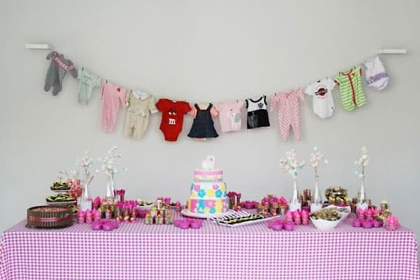 Varal com roupinhas do seu bebê na decoração chá de bebê faça você mesmo