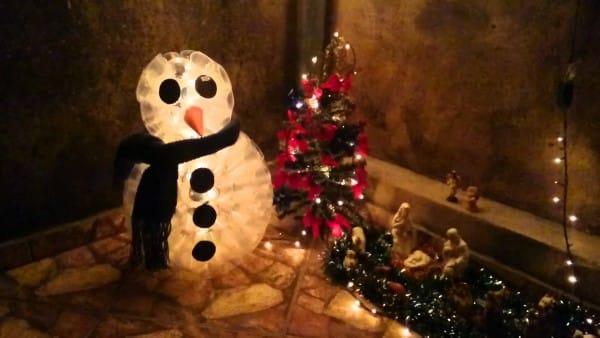 boneco de neve de copo descartável em presépio