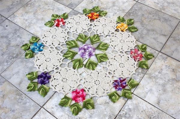 tapete de croche com flores nas pontas