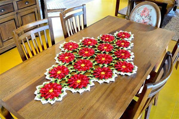 caminho de mesa de crochê vermelho